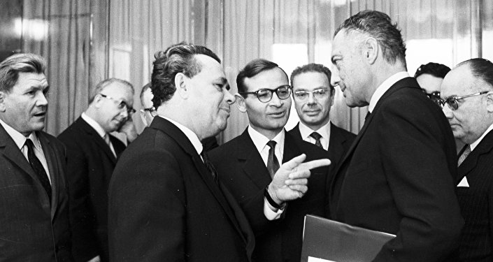 Il ministro del Commercio estero Nikolay Patolichev, a sinistra, ed il presidente della FIAT Giovanni Agnelli in un incontro del 1966