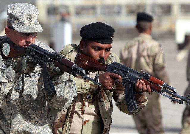 Soldato americano addestra militare iracheno