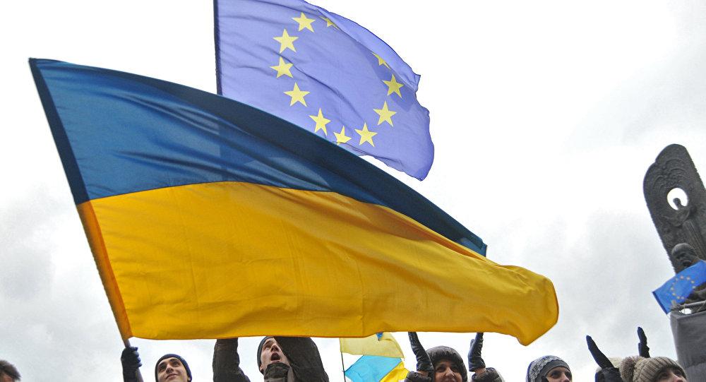 Bandiere dell'Ucraina e dell'UE in manifestazione filo-europea a Kiev (foto d'archivio)