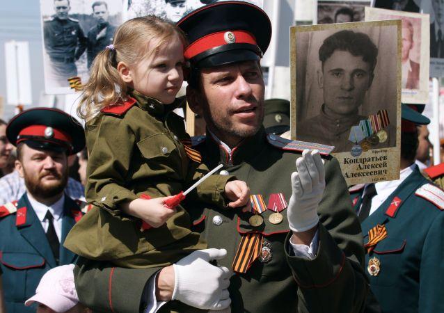 I partecipanti della manifestazione Bessmertny Polk a Novosibirsk durante le celebrazioni del 70o anniversario della vittoria nella Grande Guerra Patriottica.