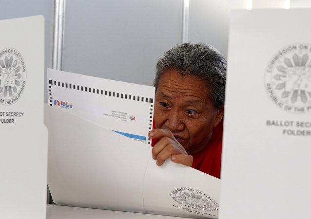 Un residente vota al seggio elettorale a Davao, il 9 maggio, 2016.