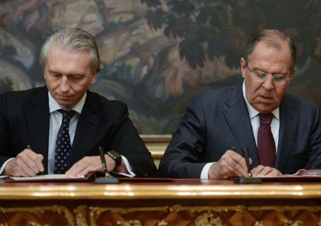 Alexandr Dyukov (presidente Gazprom Neft) e Sergey Lavrov