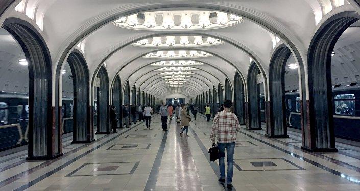 Gli interni della stazione Mayakovskaya