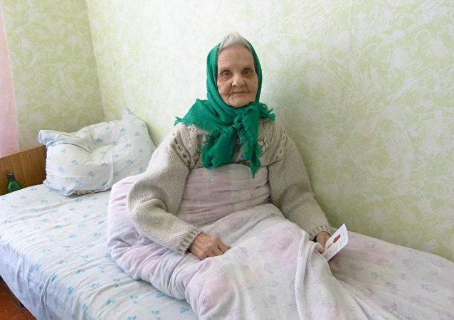 Signora anziana campo profughi Rostov