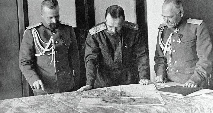 Imperatore Nicolai II discute piano di guerra con generali Alekseev e Pustovoitenko