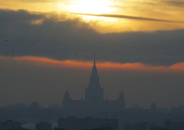 Tramonto a Mosca sullo sfondo dell'Universita Statale MGU