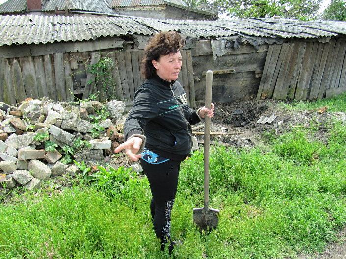 Una cittadina di Lugansk vicino alla sua casa