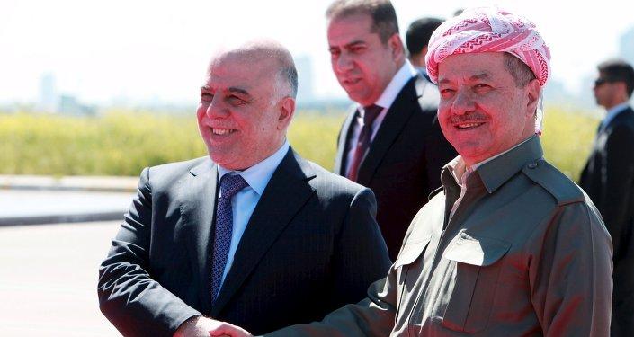 Il Presidente della Regione Curda dell'Iraq, Massoud Barzanii (a destra) stringe la mano al primo ministro Haider al-Abadi