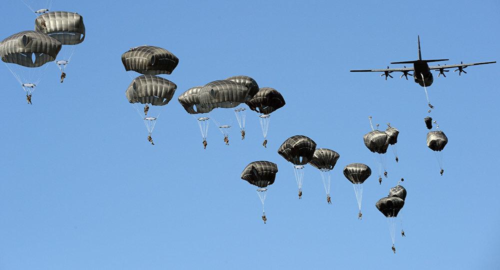 Aviolancio delle truppe USA durante le esercitazioni Anaconda-2016