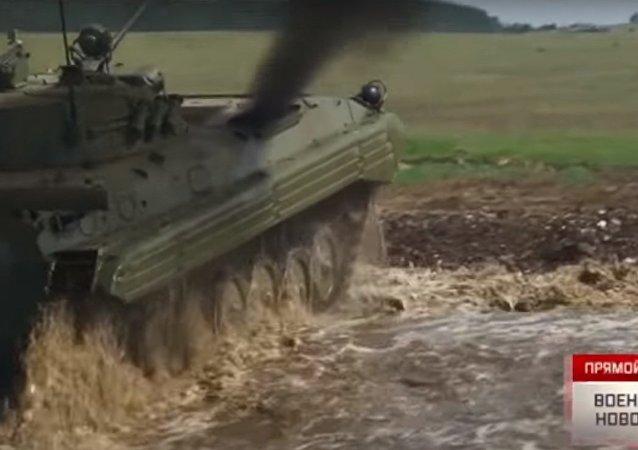 La forza del motore: una spettacolare corsa di mezzi corazzati