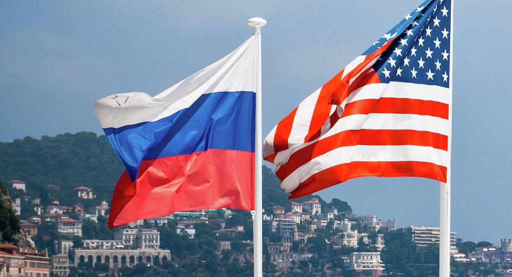 Bandiere degli USA e della Russia