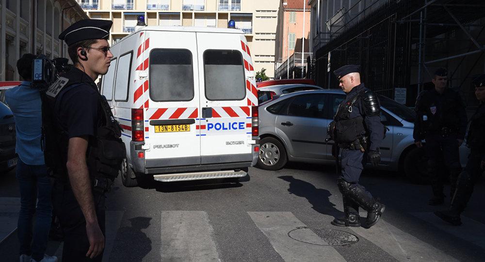 Veicolo della polizia trasporta i tifosi russi arrestati dopo i disordini di Marsiglia