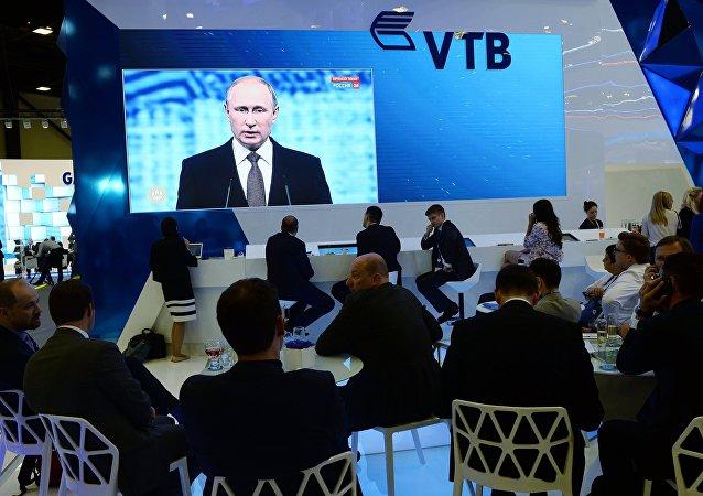 Vladimir Putin alla sessione plenaria dello SPIEF 2016