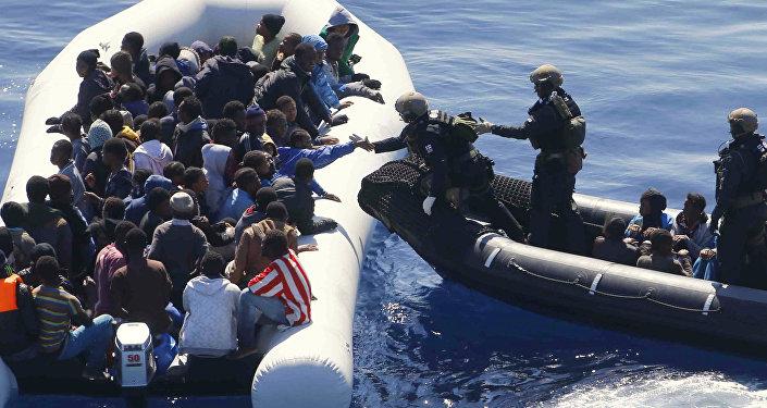 La Marina tedesca soccorre migranti nei quadri dell'Operazione Sophia nel Mar Mediterraneo