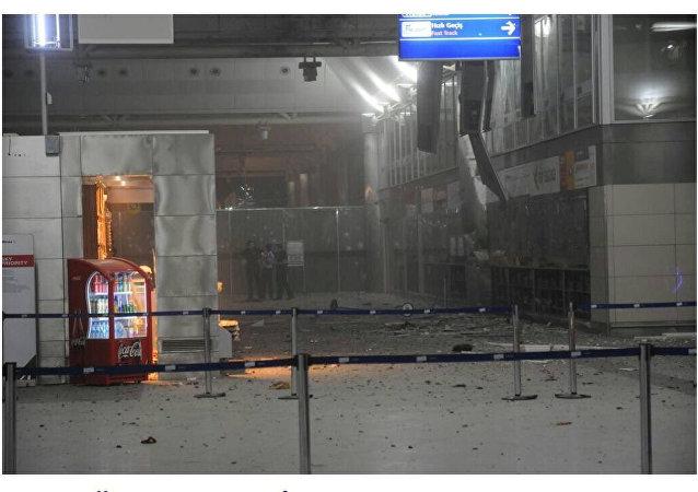 L'interno del terminal internazionale dell'aeroporto di Istanbul dopo le esplosioni
