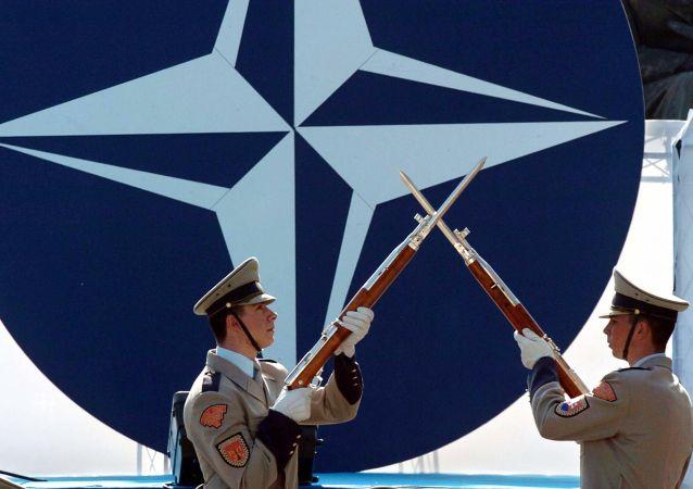I soldati slovacchi  durante la ceremonia solenne dedicata all`adesione del loro Paese nella Nato