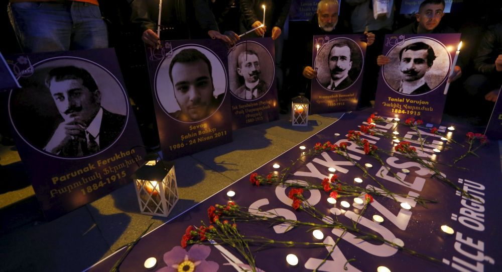 Candele e fotografie in memoria degli armeni uccisi nei massacri nel 1915 nell'Impero Ottomano