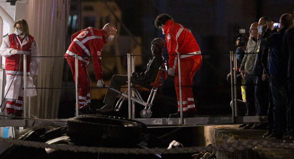 Выживший мигрант после кораблекрушения в Италии