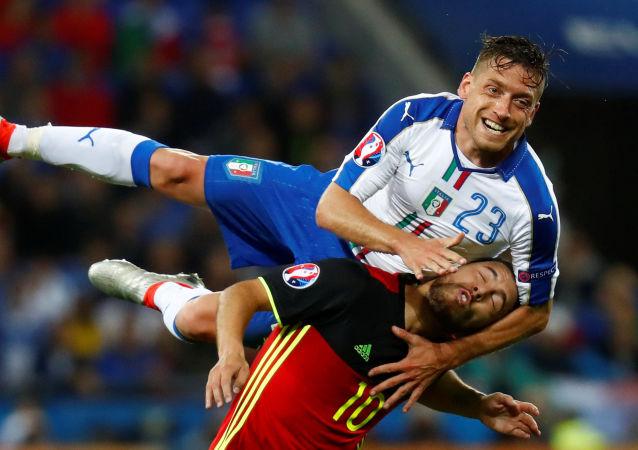 Борьба за мяч между игроками сборных Италии и Бельгии на Евро-2016 во Франции