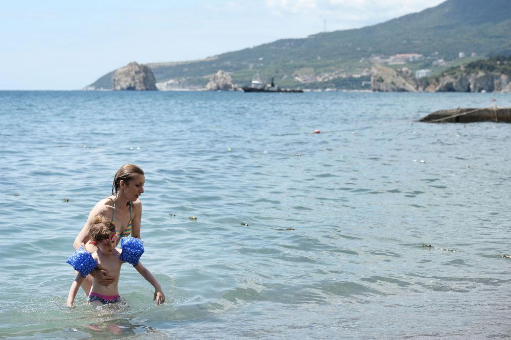 Maria Zakharova visita il campo estivo Artek in Crimea.