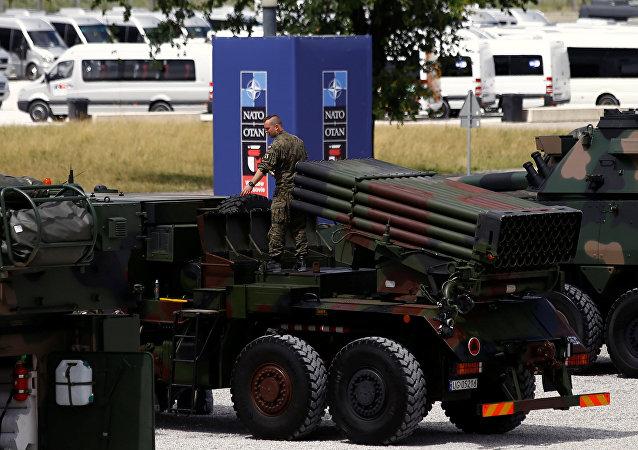 Mezzi militari della NATO in esposizione al vertice in Polonia (foto d'archivio)