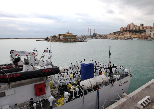 I migranti arrivano  in Porto Empedocle, Sicilia.