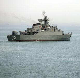 La nave iraniana Alborz nello Stretto di Hormuz