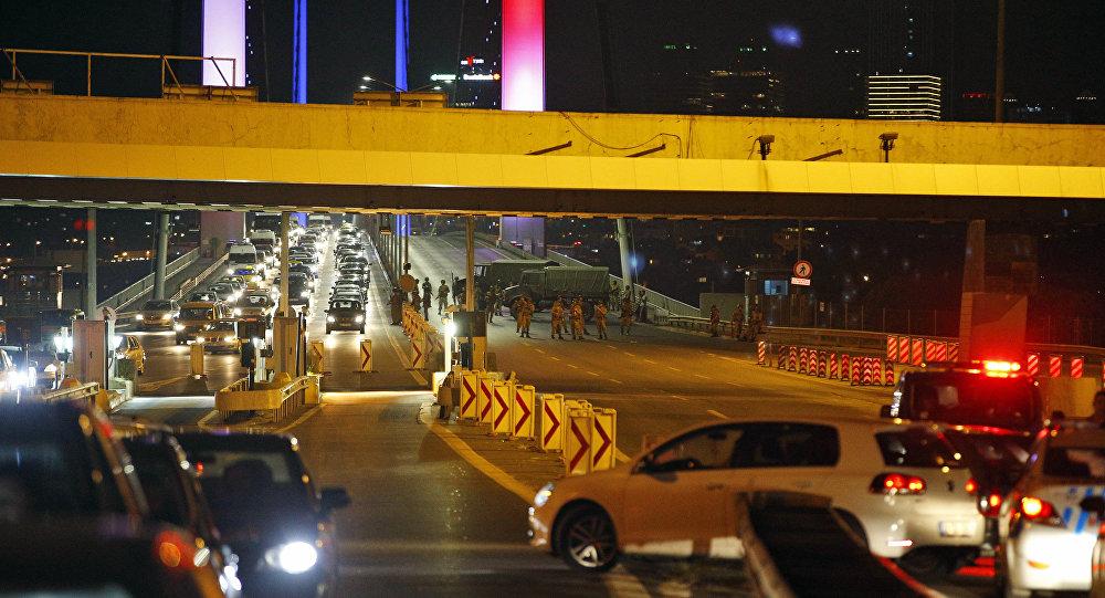 I soldati bloccano uno dei due ponti sul Bosforo a Istanbul
