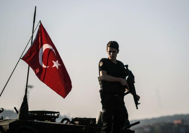 Agente di polizia ad Istanbul dopo il golpe