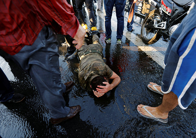 Un soldato si protegge dalla folla dopo la golpe, Istanbul, Turchia, il 16 Luglio, 2016.