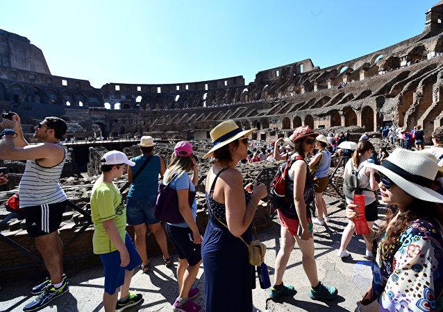 Turisti nel Colosseo