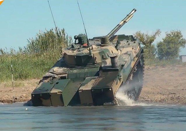 Guardate il veicolo da combattimento BMD-4M russo per le truppe aviotrasportate in azione
