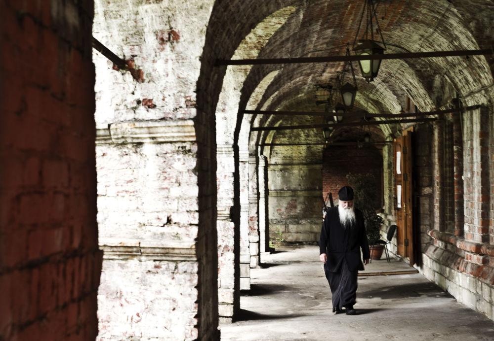 Gli interni del monastero di San Pietro, Mosca.