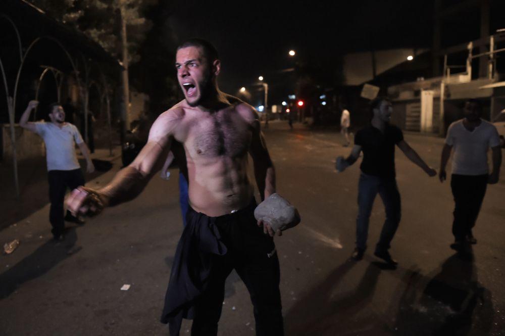 Gli scontri dei manifestanti con la polizia a Yerevan, Armenia.