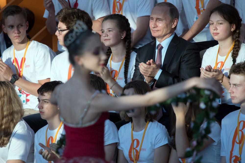 Il presidente Vladimir Putin visita il centro educativo Sirius per studenti di talento a Sochi.