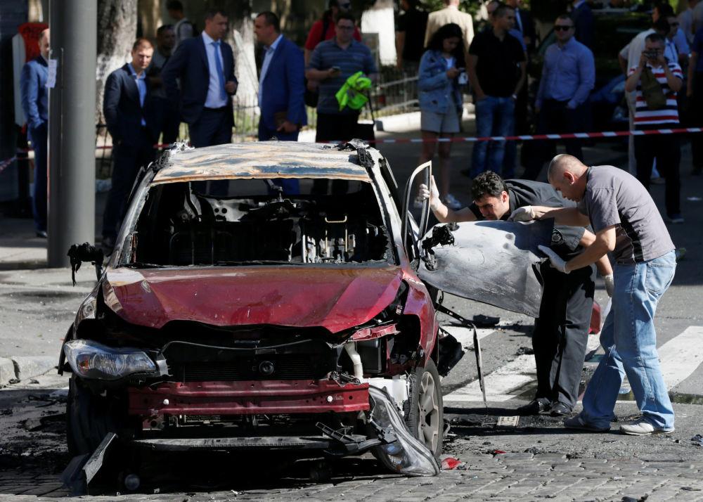 Gli investigatori ispezionano il luogo dove il giornalista Pavel Sheremet è stato ucciso da un'autobomba nel centro di Kiev, Ucraina.