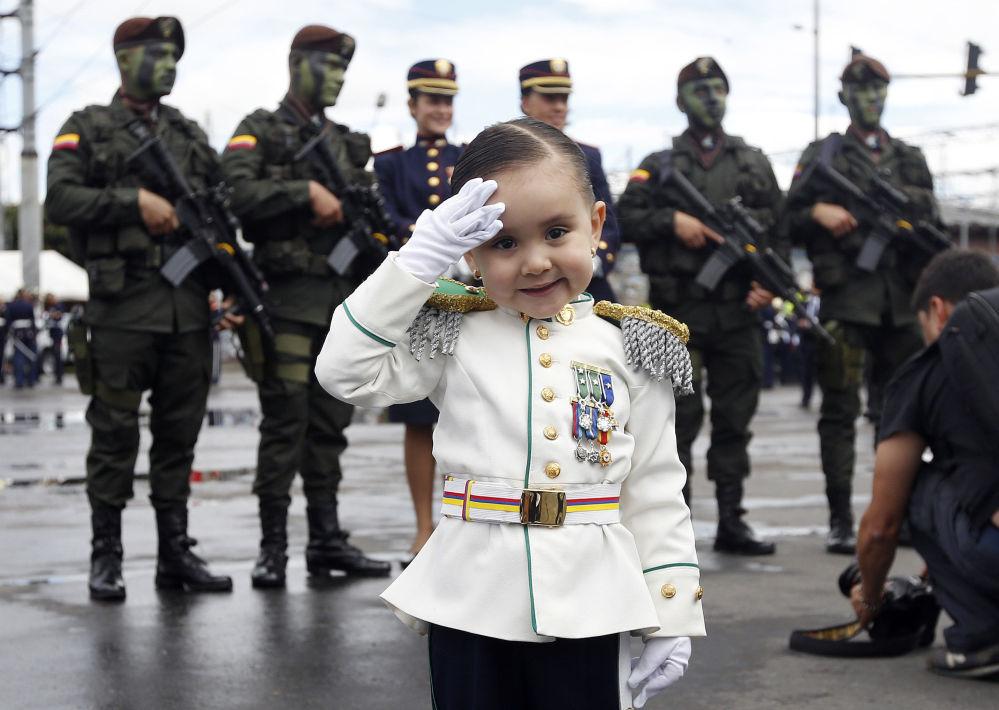 Gabriela Gomez, 3 anni, posa per una foto durante la parata militare dedicata al 206o anniversario d'Indipendenza dalla Spagna, Bogota, Colombia.