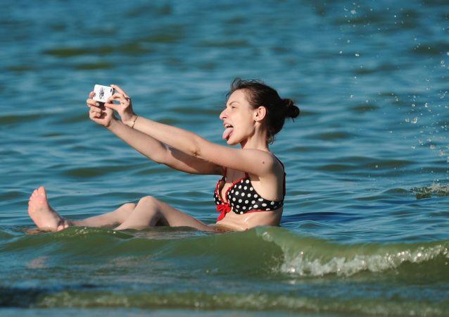 Una ragazza riposa al mare di Azov, la regione di Rostov, Russia.