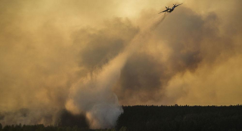 Aereo spegne il fuoco nel bosco vicino a Chernobyl