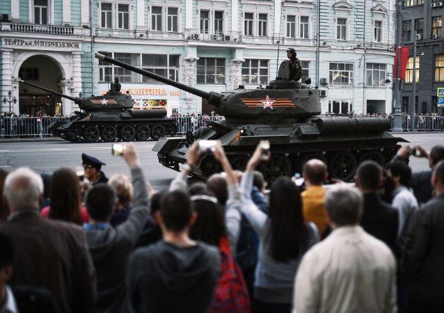 Il carro armato T-34-85 dell'epoca della Seconda guerra mondiale durante le prove per la parata della vittoria