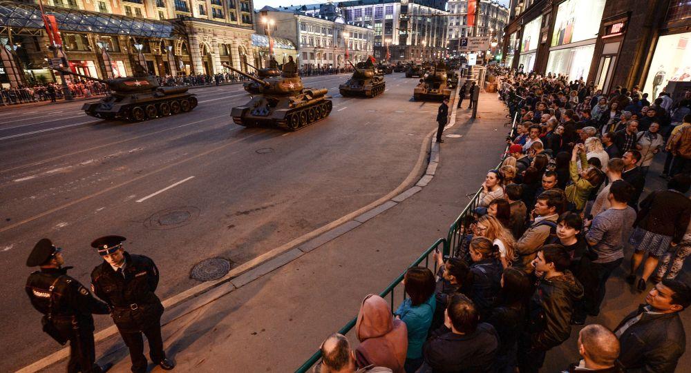 Carri armati T-34-85 dell'epoca della Seconda guerra mondiale durante le prove per la parata della vittoria a Mosca