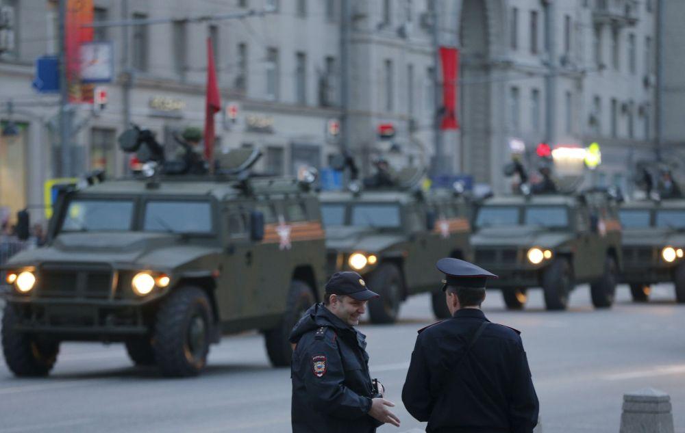 I membri del ministero dell'Interno vicino ai Tigr, fuoristrada  per la mobilità della fanteria russa