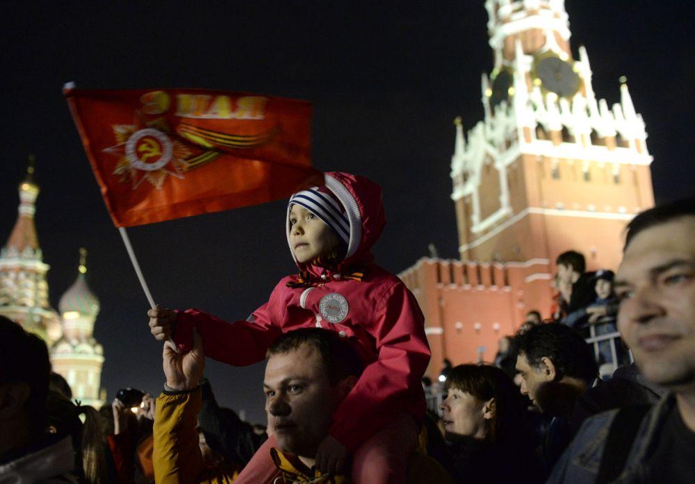 Gli abitanti di Mosca osservano le prove della parata della Vittoria in Piazza Rossa