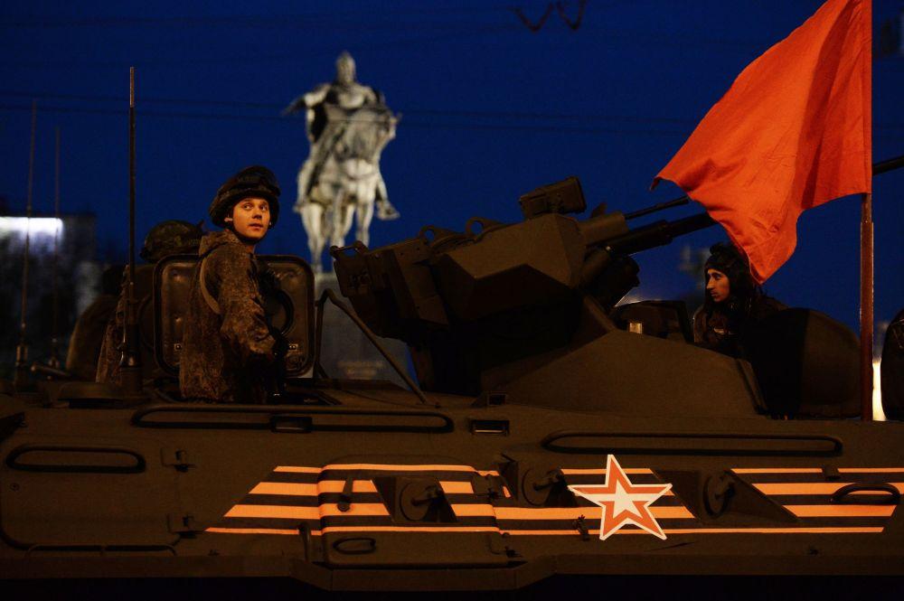 Militari nel veicolo trasporto truppa 82A durante le prove della parata
