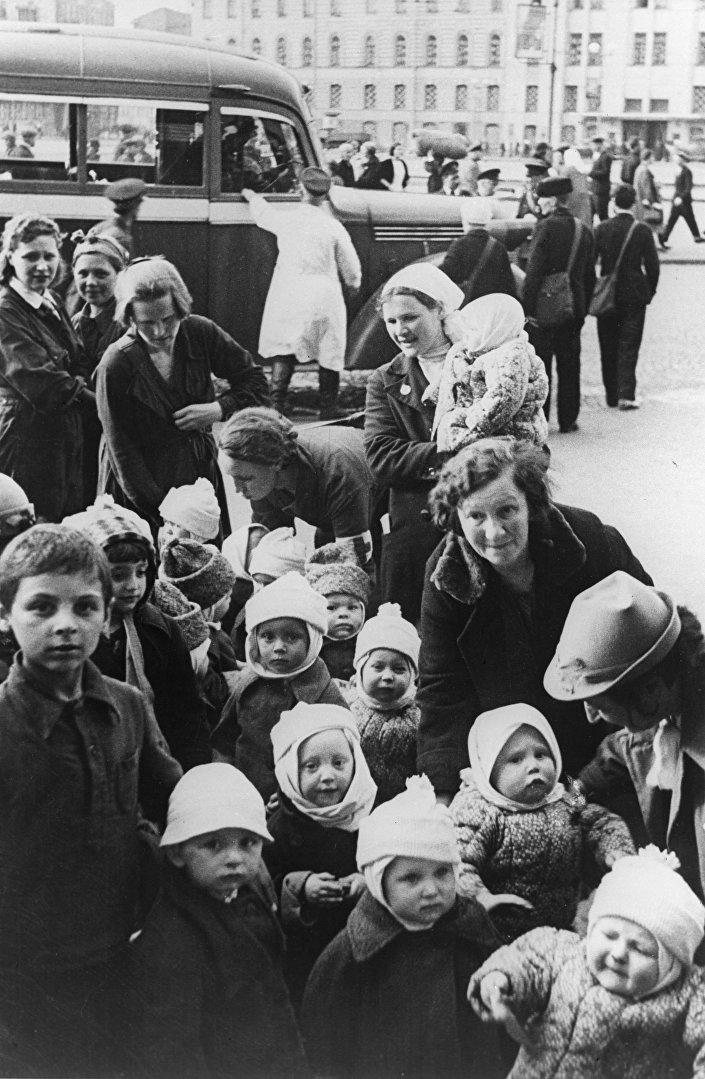 I bambini di Leningrado durante l'assedio nazista.