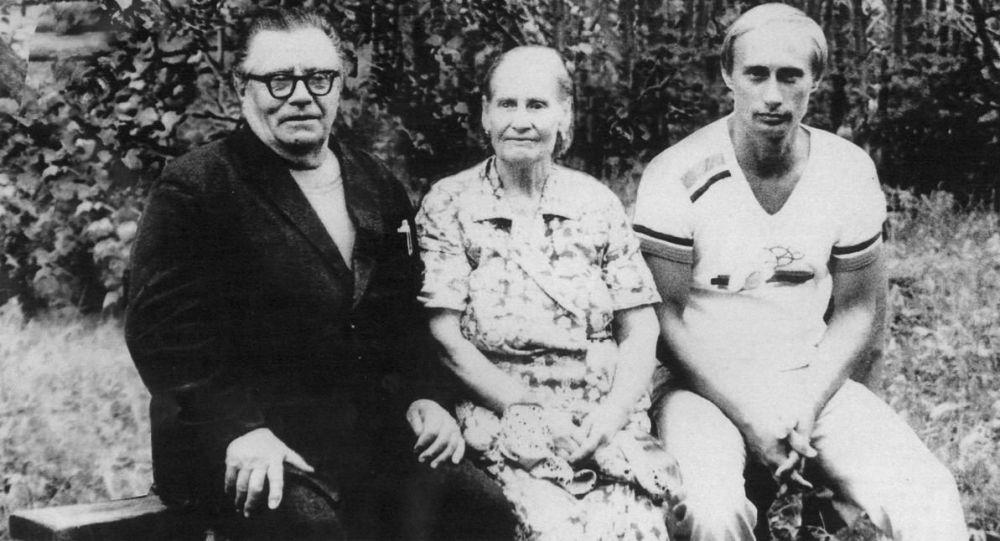 Foto da archivio: il padre Vladimir Putin senior, la madre Maria Putina con figlio Vladimir Putin.