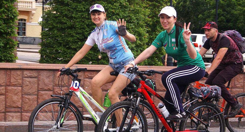 Due ragazze alla biciclettata organizzata per le vie di Donetsk