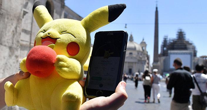 Un giocatore di Pokemon Go nel centro di Roma.