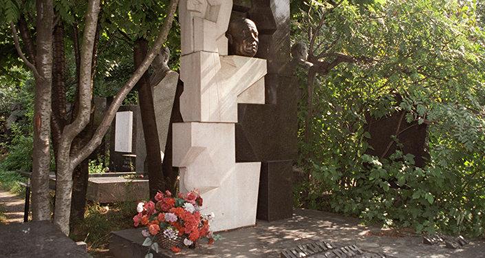 Il monumento a Nikita Crusciov nel cimitero Novodevichy