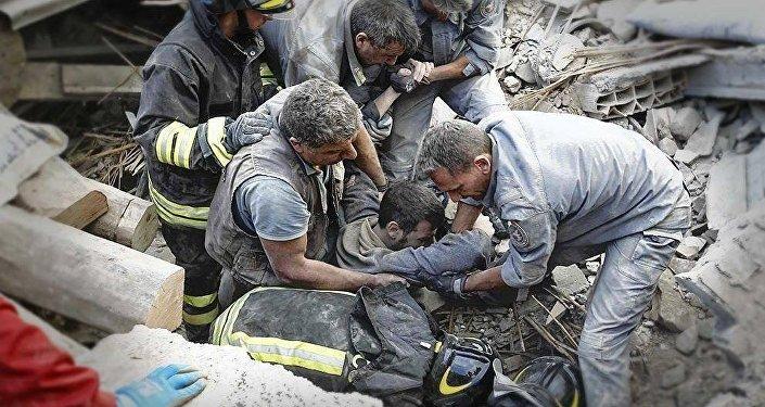 Soccorsi dopo il terremoto ad Amatrice